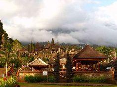 Viaggio a Bali: quello che dovete sapere.  Alberi sacri, templi, scimmie, e qualche spiaggia. Eccovi alcuni consigli di viaggio per visitare al meglio l'isola. http://www.marcopolo.tv/asia/bali-guida