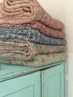 Shabby Chic Vintage, Shabby Chic Decor, Vintage Decor, Antique Quilts, Vintage Textiles, Vintage Quilts, Cozy Cottage, Shabby Cottage, French Fabric