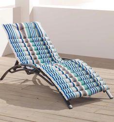 Bain de soleil imprimé bayadère et corde - DOUCEUR D'INTERIEUR Impression de rayures et de corde pour ce matelas bain de soleil fantaisie de 60 x 180 cm qui vous apportera de l'esthétisme et du bien être. Idéal sur un transat standard, il fera sensation au bord de votre piscine ou dans votre jardin. motif rayure bleu vert gris terrasse en bois balcon blanc #deco #outdoor #baindesoleil #terrasse #transat #poolparty #homedecor #outdoordesign #tendancedeco #summer Barcelona Chair, Outdoor Furniture, Outdoor Decor, Sun Lounger, Impression, Home Decor, Miniatures, Gray, Wooden Terrace