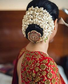 Bridal bun hairstyles Finding out a perfect hairstyle for you look. bridal hairstyles bridal hairstyles for long hair bridal hairstyles for short hair south Indian bridal hairstyles bridal hairstyles pictures South Indian Wedding Hairstyles, Bridal Hairstyle Indian Wedding, Bridal Hair Buns, Bridal Hairdo, Hairdo Wedding, Indian Bridal Makeup, Bridal Hairstyle For Reception, Wedding Bride, South Indian Hairstyle