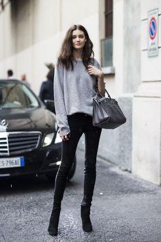 с темным низом и минимумом аксессуаров. Ключ данного образа в лаконичности и минимализме. Также зрительно удлиняем ноги за счет джинсов, идеально подходящих по цвету к обуви, создавая таким образом одну сплошную линию от бедра и до носка.