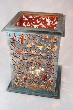 Piękny ażurowy lampion wykonany z drewna. Ręcznie malowany - kolor rustykalny metal.  Unikatowy wzór i oryginalny kolor sprawią, że będzie to wspaniała dekoracja.   Wymiary: wysokość 16 cm, szerokość 16 cm, wysokość 25 cm.   Cena dotyczy jednej sztuki lampiony wraz ze szklanym wkładem.