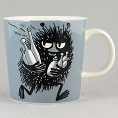This grey Moomin mug by Arabia from 2001 features Stinky running with bottles he has just swiped. It's beautifully illustrated by Arabia artist Tove Slotte and the illustration can be seen in the fourth original Moomin comic book. Moomin Shop, Moomin Mugs, Tove Jansson, Les Moomins, Grey Mugs, Moomin Valley, Chocolate Caliente, Le Village, Porcelain Mugs
