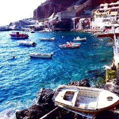 Boats moored in Santorini. photo courtesy of americangirlintransit on Instagram.