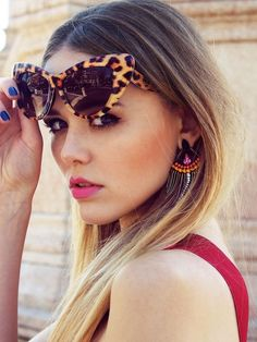 Bild über We Heart It https://weheartit.com/entry/126204818 #blond #cateye #dress #earrings #girl #lipstick #nice #red #sun #sunglasses #wow