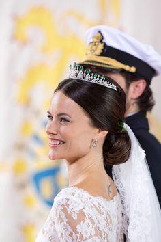 Para noivas clássicas e românticas esse tipo de penteado é a escolha perfeita. A coroa é simbolo da realeza, demonstra o poder, imortalidade e autoridade. Por isso é usada por rainhas e princesas d…