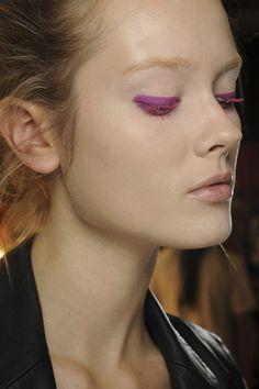 Las claves del color de las tendencias de belleza vistas en NYFW: la mirada pink de Donna Karan