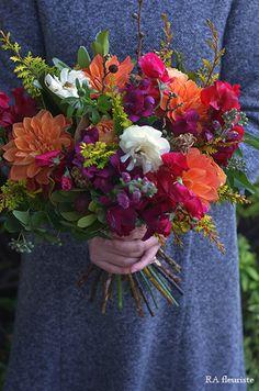 秋冬はファッションもそうですが、花選びもとりわけトーンの低い色合を選ぶことが多くなります。そんな季節だからこそ、たまには艶やかな色合いを束ねて頂きたいとい...