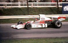 Se trata de Emerson Fittipaldi, y el auto es el McLaren M23B. Ese año (1974) Fittipaldi fue campeón del mundo y McLaren logró el campeonato de constructores. Grandes todos!