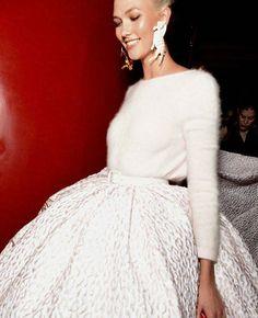 WEBSTA @ petit_pleasures_ - Karlie Kloss cierra el desfile de Brandon Maxwell en un perfecto look de novia de invierno. De ensueño, para flipar y no parar 💫💫💫 #NYFW@karliekloss 📸