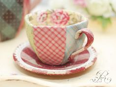 cup from fabric Felt Crafts, Crafts To Make, Fabric Crafts, Sewing Art, Sewing Crafts, Sewing Projects, Patchwork Quilt, Quilted Gifts, Teapots And Cups