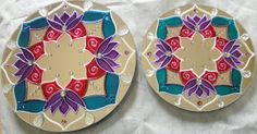 Conjunto com 2 Espelhos de Mandala: um com 20 cm de diâmetro, e outro com 15 cm; Acabamento em MDF atrás da peça, com gancho pronto para pendurar.