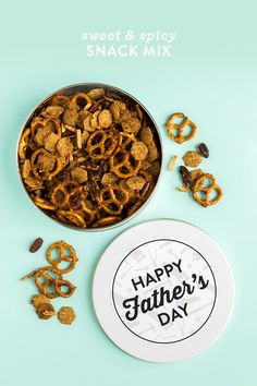 This sweet and spicy snack mix makes the perfect homemade gift for dad for Father's Day. Click through for video recipe and printable labels. by Sarah Hearts Savory Snacks, Yummy Snacks, Diy Snacks, Homemade Gifts For Dad, Fathers Day Brunch, Tarjetas Diy, Snack Mix Recipes, Chips And Salsa, Fathers Day Crafts