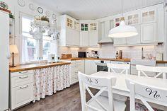Maalaisromanttinen keittiö Decor, Furniture, Kitchen Interior, Interior, Home, Scandinavian Home, Kitchen Decor, Table, Kitchen