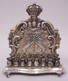 Candelabro em Prata contrastada, ricamente detalhada e detalhes em alto relevo, teor 800 peso 490 g