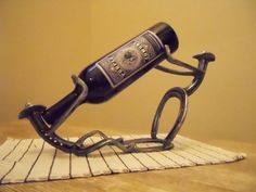Fearless described metal working ideas his explanation Horseshoe Projects, Horseshoe Crafts, Horseshoe Art, Metal Projects, Welding Projects, Metal Crafts, Diy Projects, Welding Ideas, Horseshoe Wine Rack