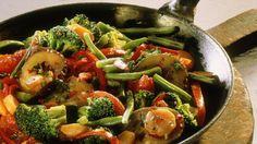 Bunte Mischung - alles aus einer Pfanne. Nur 153 Kalorien! : Gemüsepfanne mit Brokkoli und Auberginen | http://eatsmarter.de/rezepte/gemuesepfanne-mit-brokkoli-und-auberginen