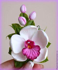 Las horquillas de los hechos a mano.  Masters Feria - orquídea blanca hecha a mano con los brotes en la abrazadera.  Hecho A Mano.
