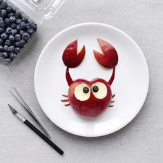 10 pomysłów na pomysłowe przekąski dla dzieci - DomPelenPomyslow.pl Cute Food, Good Food, Yummy Food, Deco Fruit, Food Art For Kids, Food Sculpture, Creative Food Art, Food Carving, Food Decoration