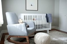 Dormitorio sencillo y minimalista : Pared gris, cuna blanca, espacio relajante libre de objetos, me daréis la razón cuando afirmo que en la sencillez está el gusto. Con los complementos preci