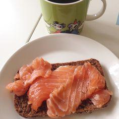 Lohiruikkari  #lohileipä #itegraavasin #diylax #lax #salmon #fishdish #itetein #teinite #graavilohi #coffee #lunchtime #lounas #lohiruissari #muumimuki #tiuhtijaviuhti #moomin #moominmug