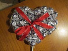 San Valentino si avvicina! Scatola di cioccolatini? Scontata! Mazzo di fiori? Scontato! I baci Perugina sono i nostri preferiti e quindi, ecco un lecca-lecca di baci!