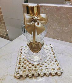 Esteira de pérola com borda de strass. Dimensões: 13,5x13,5cm Ideial para decoração com difusores e vasos nos ambientes. Wedding Gift Wrapping, Wedding Gifts, Dream Party, Diy Gifts, Wraps, Crafty, Bottles, Accessories, Decorative Bottles