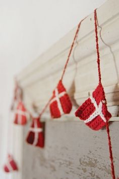 ) garland of Dannebrog Danish Christmas, Scandinavian Christmas, Christmas Time, Christmas Crafts, Holiday, Crafts To Do, Decor Crafts, Christmas Knitting, Xmas Ornaments