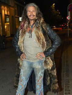 Aqui você vê que Steven Tyler tem um dom de usar jeans muito legais e descolados.