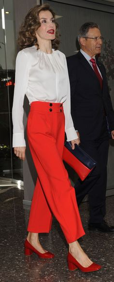 Queen Letizia Attend the Red Cross World Day in Madrid, Spain Queen Rania, Queen Letizia, Hollywood Fashion, Royal Fashion, Mature Fashion, Timeless Fashion, Estilo Real, Queen Dress, Western Outfits