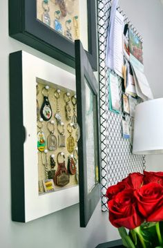 20 Ways To Display Keepsakes From Your Travels And Trips (display your keychains! Souvenir Display, Souvenir Ideas, Ideas Para Organizar, Travel Wall, Travel Souvenirs, Displaying Collections, Travel Memories, Family Memories, Shadow Box