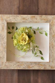プリザーブドフラワーのフレームアレンジメント。ライムグリーンのバラとオーガンジーのリボンのブーケをフレームにおさめました。 さわやかな風を感じるフレームアレンジです。