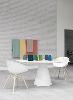 Spaceist - Gliss meeting chair in white with a solid wood leg.