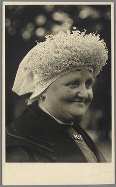 Vrouw in Brabantse dracht uit Bavel. De vrouw draagt over haar muts en ondermuts een 'kroon'. Een kroon is een losse versiering van fijne kunstbloemetjes, welke bij hoogtijdagen over de muts gedragen word. Deze dracht werd algemeen gedragen in de Baronie van Breda. #Noord-Brabant #Breda