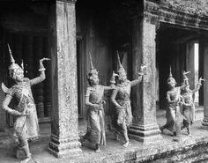 Cambodian classical dancers at Angkor Wat 1949 Laos, Cambodian Art, Vietnam, Khmer Empire, Buddha, Thailand Photos, Oriental, Thai Art, Asian History