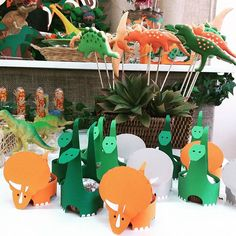 Ontem foi dia de festa! Dinossauros para os 5 anos do João Pedro!  Forminhas especiais para cupcakes ...