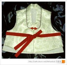 1. 여자 배자를 만들어 볼까요... 2. 겉감의 안쪽에 옷 본을 올려 놓습니다. 3. 아사 심지도, 안감도 같은 방법으로 재단 합니다. 시접은 1cm씩만 있으면 되요 4. 겉감에 심지를 대고 앞뒤 어깨를 연결합니다. 안감도 앞뒤 어깨를 Diy And Crafts, Projects To Try, Sewing, Fashion, Moda, Couture, Fashion Styles, Fabric Sewing, Sew