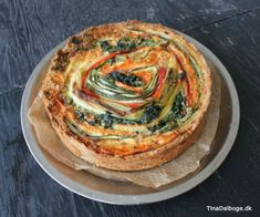 Lækker tærte med grøntsager, der ligger i spiral.