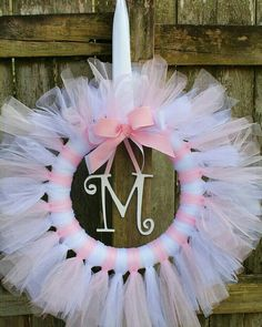 Rosa und weiße Tüll Tutu Ballerina Prinzessin Kranz mit Holz … Pink and White Tulle Tutu Ballerina Princess Wreath with Wood … Idee Baby Shower, Girl Shower, Baby Shower Wreaths, Tulle Crafts, Diy And Crafts, Baby Kranz, Princess Wreath, Tutu Wreath, Do It Yourself Baby