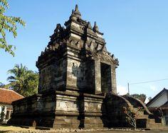 Pawon temple situated between Mendut and Borobudur temple, Central Java, Indonesia. Buddhist Stupa, Buddhist Temple, Places Around The World, Around The Worlds, Borobudur Temple, Indonesian Art, Javanese, Borneo, Amazing Architecture