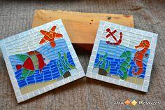 Descanso de panela em Mosaico com tema marítimo. Porta Panela confeccionado com pastilha de vidro e base em MDF. <br> <br>2 unidades /Tamanho: <br>1 descanso: 20cmx20cm <br>1 descanso: 18cmx18cm <br> <br>Foto meramente ilustrativa. As cores podem sofrer alterações. <br>Personalize sua peça!