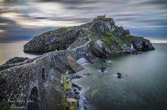 GAZTELUGATXE I Dia precioso en la isla de San Juan de Gaztelugatxe con marea alta y el mar tranquilo.