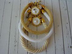 bransoletki i kolczyki w bieli i złocie