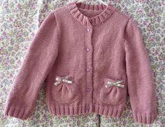 """Lors du Défi'13 de Novembre je vous montrais ma veste tricoté avec petites poches ballons en vous promettant de vous en donnez bientôt les explications. Les voici enfin ! Explications de la veste """"Petite Fille"""" Taille 4/5 ans Fournitures Laine Oxygène..."""
