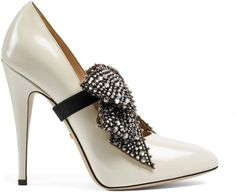 Leather pump with crystal bow