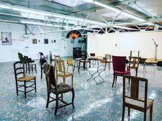 """#PrintempsdeSeptembre #LieuCommun // du texte au théâtre puis à l'expo avec """"Bleu bleu"""" : dans le décor de la pièce éponyme de Stéphane Arcas des oeuvres emblématiques des 90's issues de diverses #FRAC  sélection d' oeuvres d'artistes diplômés #ISDAT & #EBABX. Aucun cartel intentionnellement ! Parmi mes favoris de cette édition  #BleuBleu @lieu_commun @le_printemps_de_septembre  #ArtContemporain #Toulouse #ByToulouse #visiteztoulouse #igerstoulouse #toulouse_focus_on #clic_toulouse…"""