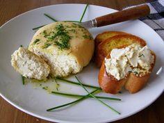 """O Feta é um queijo que tem sua origem na Grécia e é feito de leite de cabra, ovelha ou vaca.  Nosso queijo tipo """"Feta"""" de Amêndoas é vegan e..."""