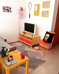 """Espaço pequeno não é desculpa para falta de #decoração  Poucas peças  paleta de cores restrita funcionaram no @nossokit124 #decorvidareal #amarelo #apepequeno  Reposting @nossokit124: ... """"Nossa pequena sala. Todo o espaço foi decorado pelo maridinho e eu lógico aprovei #nossokit124 #decor #design #nossokitcolorido #homestyling #eames"""""""