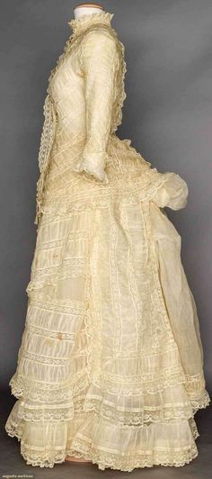 Cream Organdy and lace bustle dress ruched organday bands alternate w/ Valenceinnes lace, tubular sleesves on cuirass bodice & narrow bell skirt Victorian Era Fashion, 1870s Fashion, Vintage Fashion, Antique Clothing, Historical Clothing, Vintage Gowns, Vintage Outfits, Bustle Dress, 19th Century Fashion
