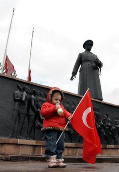 Minik Irmak törene damga vurdu Türkiye - 10.11.2013  Erzurum'da Atatürk'ün ölümünün 75'nci yıldönümü anma törenine 21 aylık Irmak Kaya damga vurdu. Bir elinde biberon diğer elinde Türk Bayrağı ile Atatürk'ün anıtı önünde saygı duruşunda bulunan minik Irmak, izleyenleri duygulandırdı.